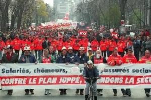 Paris demonstration against the Juppé plan, 1995 (Photo: AFP)/,/i>