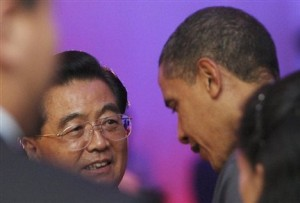 U.S. President Barack Obama talks with Chinese President Hu Jintao during a dinner at the APEC summit in Singapore (Photo: Stringer  /  AP)