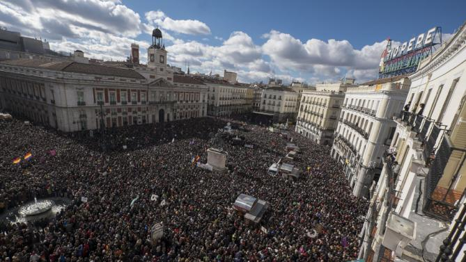 """Huge crowds of demonstrators gather at Plaza de Sol for the """"March for Change"""" organised by left-wing party Podemos in Madrid on January 31, 2015 (Photo: AFP / Pedro Armestre)"""