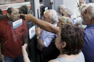 Anger mounts as pensioners are forced to wait outside a closed National Bank branch, unable to collect their pension allowances, in Iraklio, Crete (Photo: REUTERS/Stefanos Rapanis)