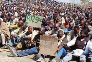 Marikana mine workers seek safety after massacre (Photo: Thapelo Morebudi)
